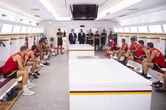 Các cầu thủ Roma gặp gia đình nhà Friedkin, hồi tháng 11/2020.