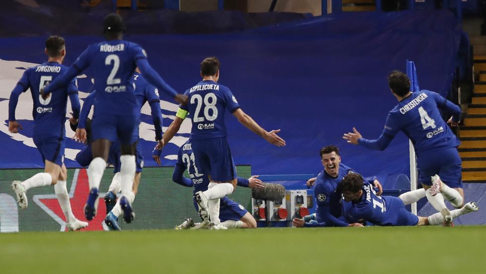 Mount berbagi kegembiraannya dengan rekan satu timnya usai mencetak gol di menit 85. Foto: AP.
