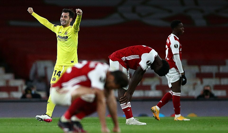Sự thất vọng của các cầu thủ Arsenal khi trọng tài thổi còi mãn cuộc. Ảnh: Reuters.