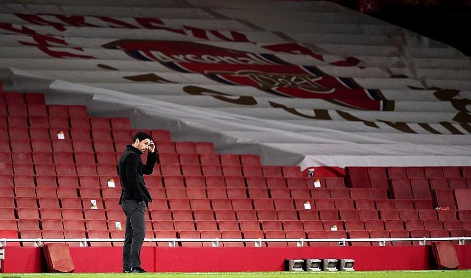 HLV Arteta thất vọng khi chứng kiến màn trình diễn của các học trò. Ảnh: Reuters.