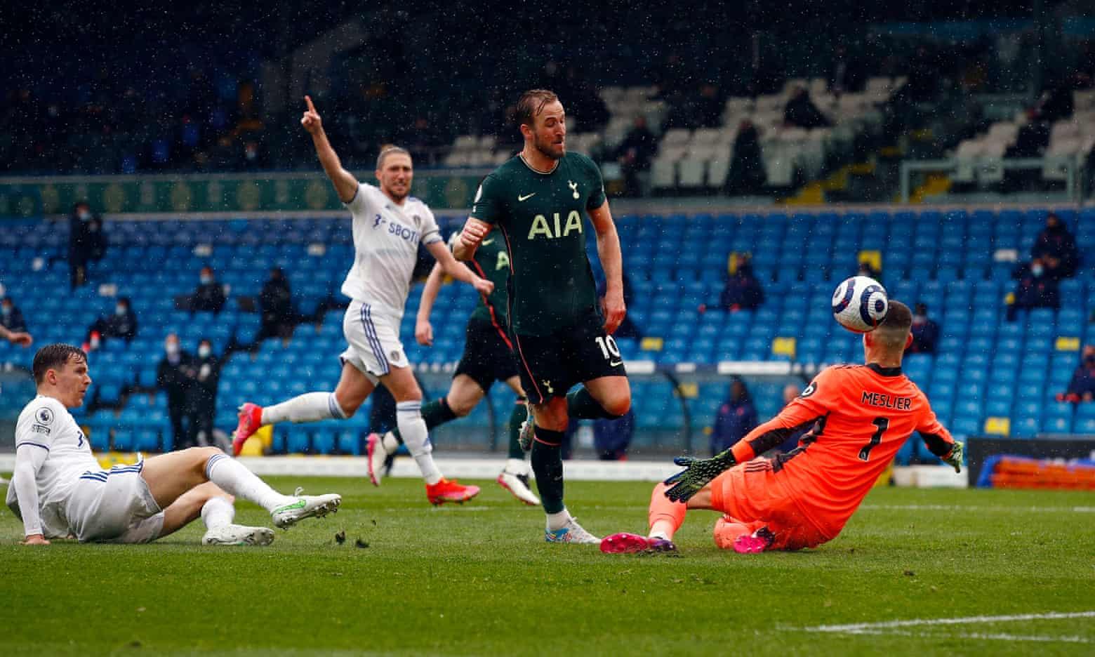 Kane đưa bóng vào lưới Leeds trong tình huống này, nhưng không được công nhận bàn thắng vì lỗi việt vị. Ảnh: PA