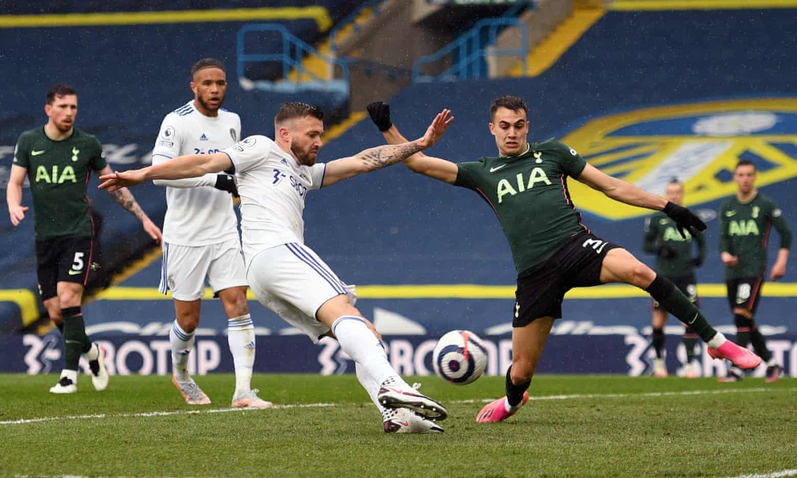 Stewart Dallas mở tỷ số cho Leeds United ở phút 13. Ảnh: Reuters