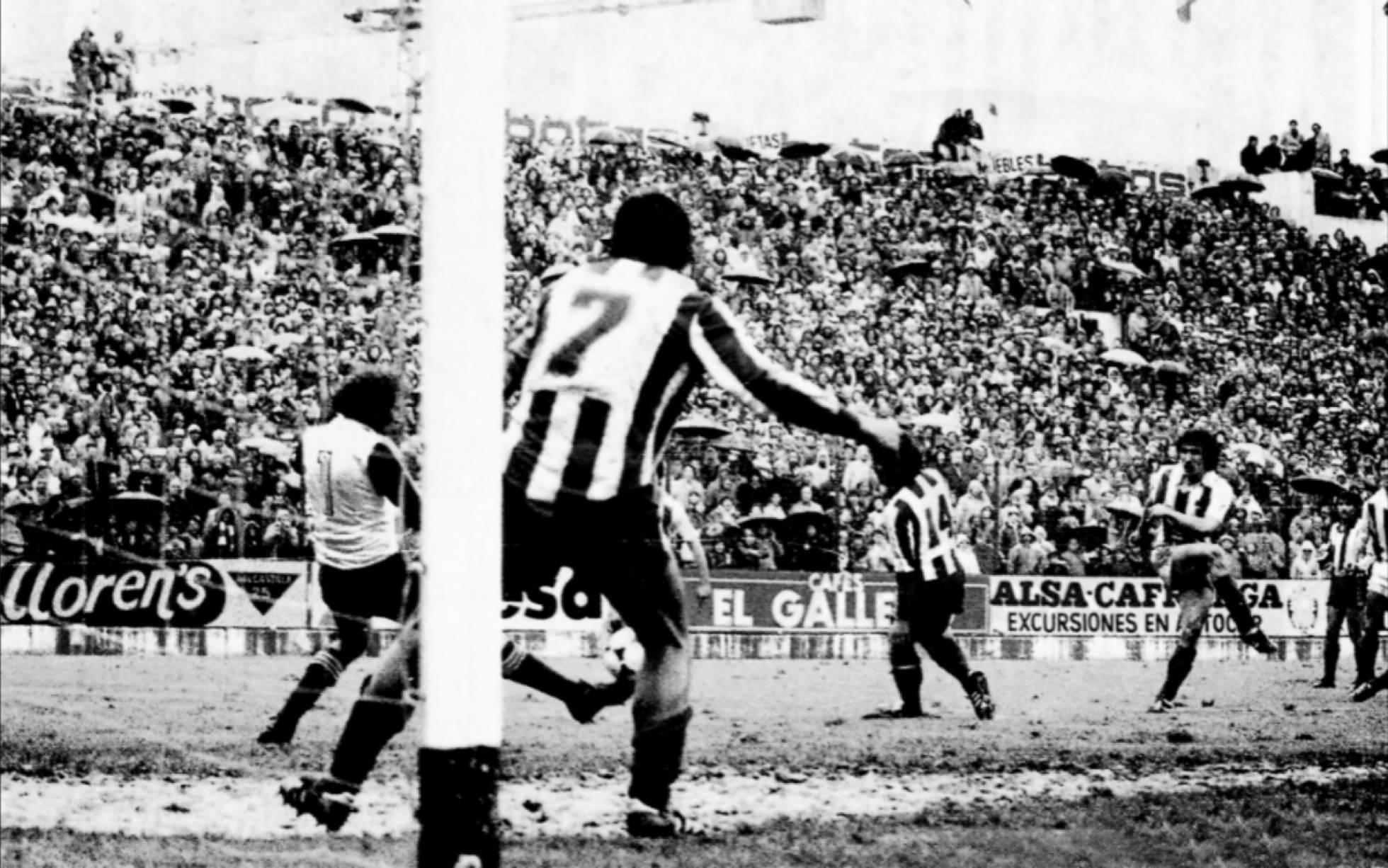 Bàn gỡ hoà 2-2 của Zamona giúp Sociedad vô địch La Liga năm 1981. Ảnh: AS