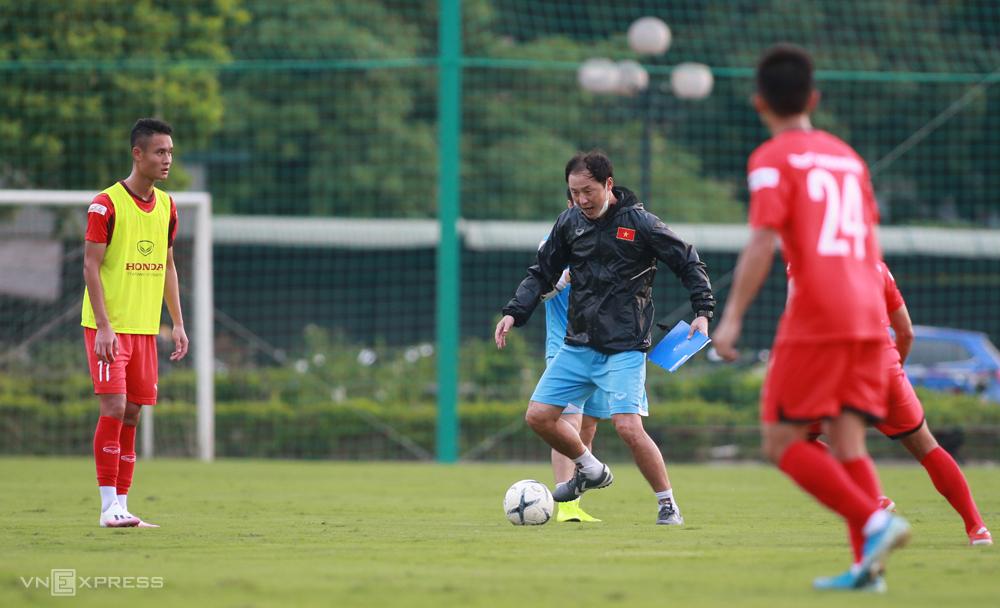 Trợ lý Kim Han-yoon thị phạm cho cầu thủ U22 Việt Nam trong lần hội quân vào 8/2020. Ảnh: Lâm Thoả