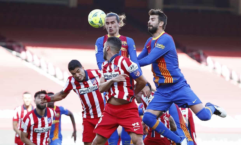 Barca (quần xanh) phung phí cơ hội trong hiệp hai. Ảnh: Reuters