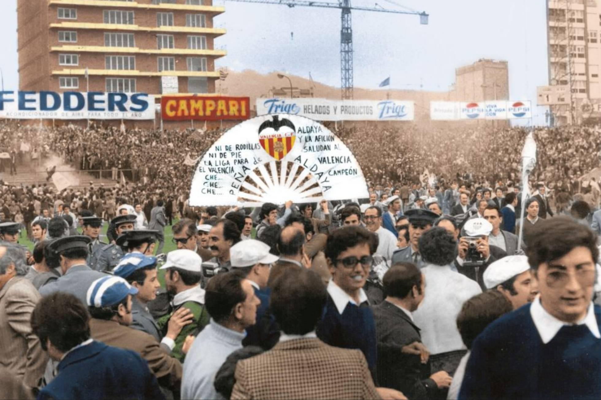 CĐV Valencia tràn xuống sân Sarria sau khi đội nhà thua trận, nhưng vẫn vô địch La Liga 1970-1971. Ảnh: AS