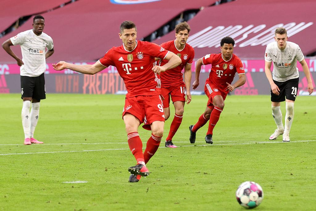 Lewandowski đá phạt đền ấn định tỷ số 6-0. Ảnh: Bundesliga