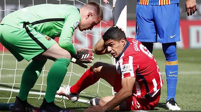 Suarez แกล้งทำเป็นล้มลงโดย Ter Stegen เพื่อให้ได้จุดโทษ  ภาพ: AP.