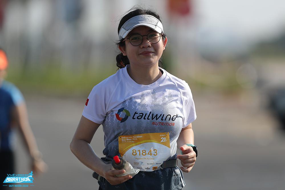 Vận động viên trên đường chạy Quy Nhơn. Ảnh: VnExpress Marathon.