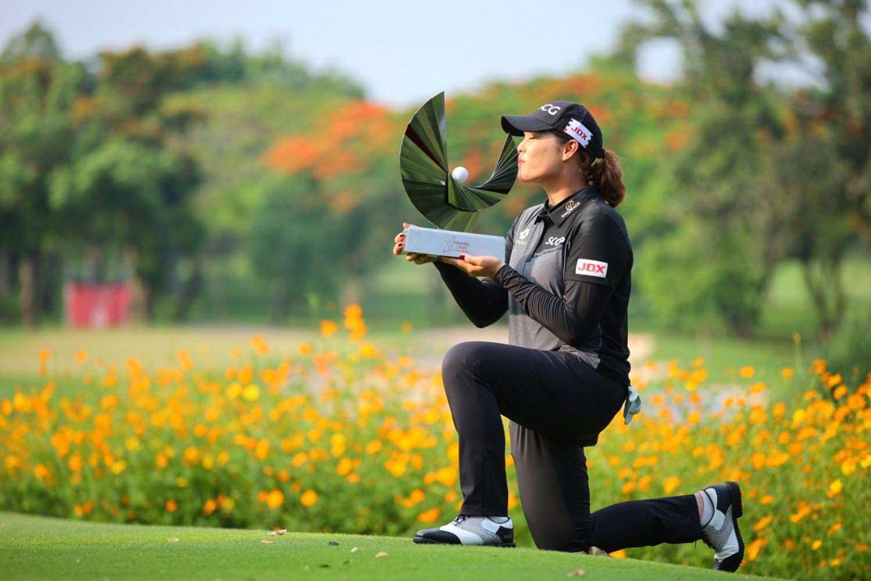 Ariya Jutanugarn kissed the Honda LPGA Thailand trophy at Siam Country Club, Pattaya on May 9.  Photo: Bangkok Post
