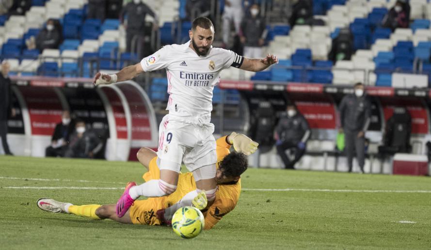 Benzema bị thủ môn Bounou cản ngã trong 16m50 Sevilla ở phút 75. Ảnh: Mundo Deportivo