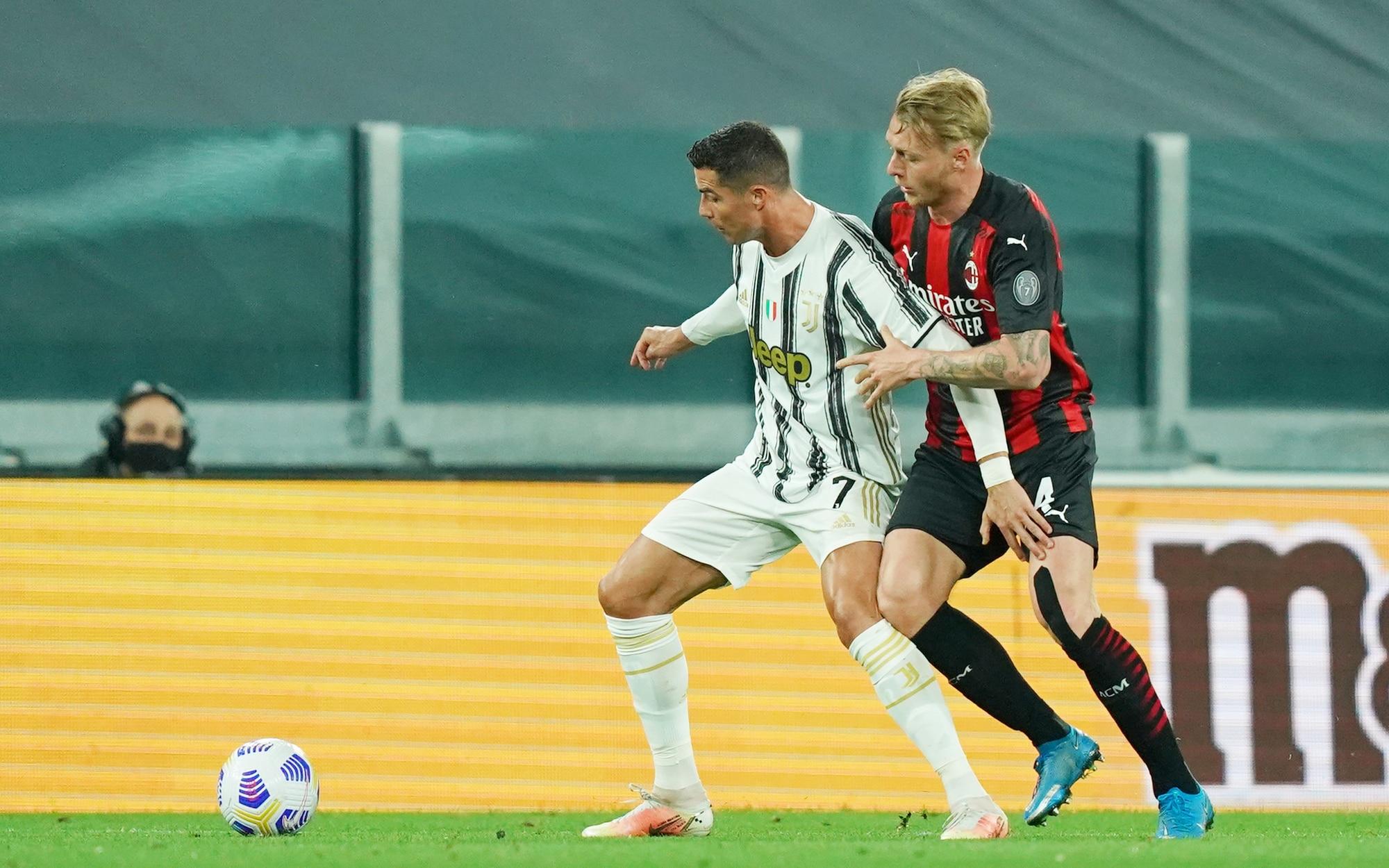 Ronaldo mờ nhạt trong sự kèm cặp của Kjaer. Ảnh: Lapresse