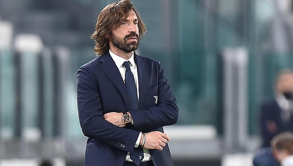 Pirlo linglung menyaksikan Juventus kalah dari AC Milan.  Foto: Reuters.