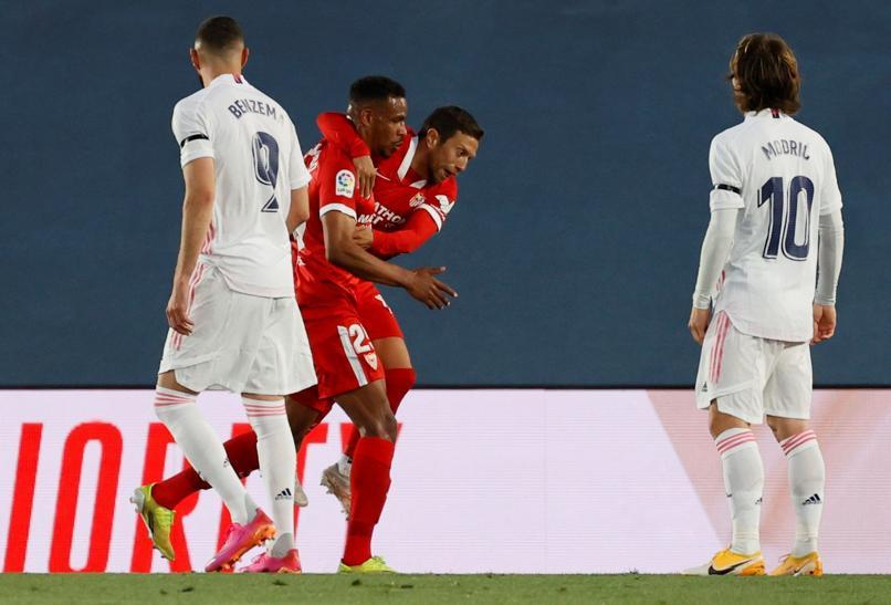 Papu Gomez chia vui sau khi Fernando mở tỷ số cho Sevilla tại Alfredo Di Stefano hôm 9/5. Ảnh: MD