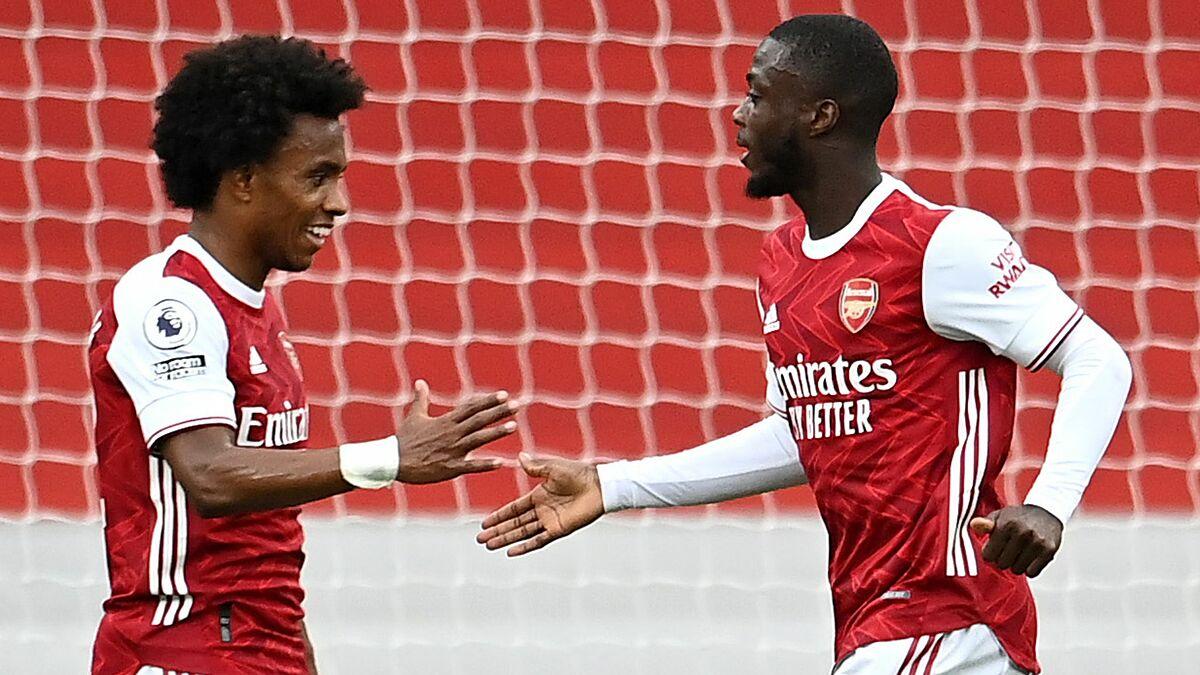 Pepe (kanan) senang dengan Willian setelah gol ganda.  Foto: Reuters.