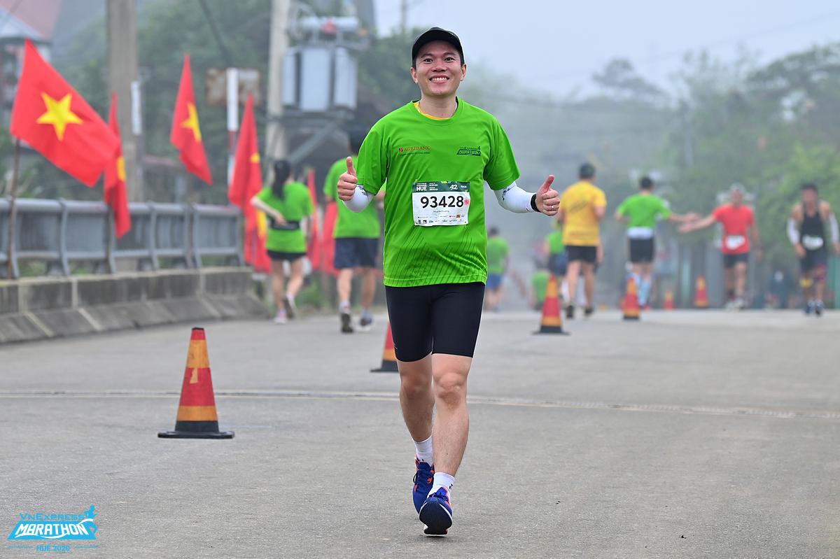 Runner running in the early morning at Hue.  Photo: VnExpress Marahton.