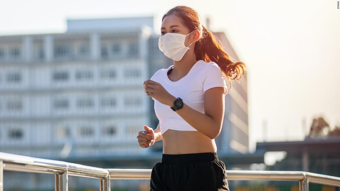 Runner vẫn tuân thủ quy định đeo khẩu trang trong khi chạy bộ. Ảnh: CNN