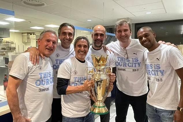 Guardiola (giữa) giành ba Ngoại hạng Anh trong bốn mùa gần nhất cho Man City. Ảnh: Twitter.