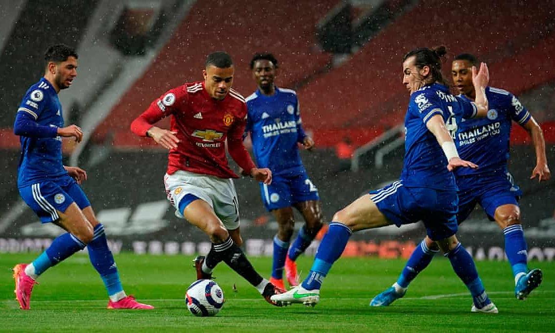 Greenwood menggiring bola melewati Soyuncu sebelum mencetak gol penyeimbang 1-1.  Foto: Reuters
