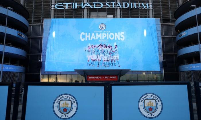 Tấm băng-rôn phơi xuống trước sân Etihad ngay khi Man Utd thua Leicester. Ảnh: The Guardian