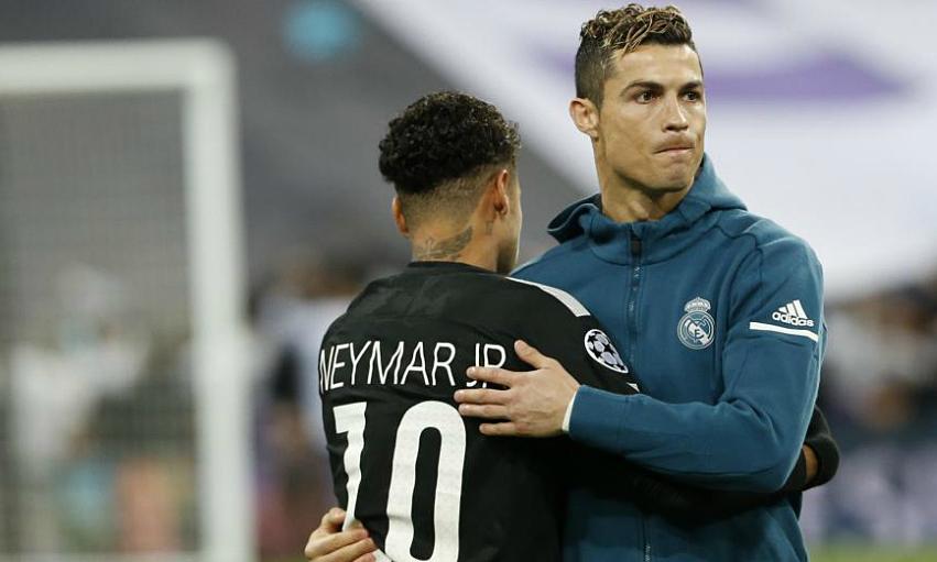 Neymar ôm Ronaldo trước thềm trận PSG thua chủ nhà Real 1-3 ở lượt đi vòng 1/8 Champions League tháng 2/2018.