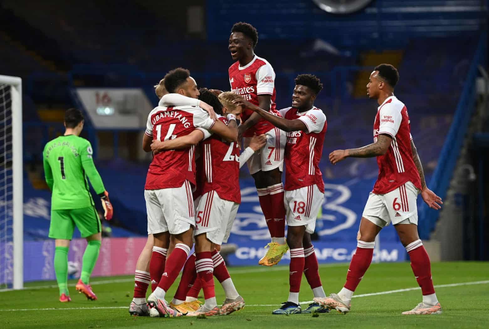 Pemain Arsenal mengucapkan selamat kepada Smith Rowe setelah gol penentu di awal pertandingan.  Foto: Reuters