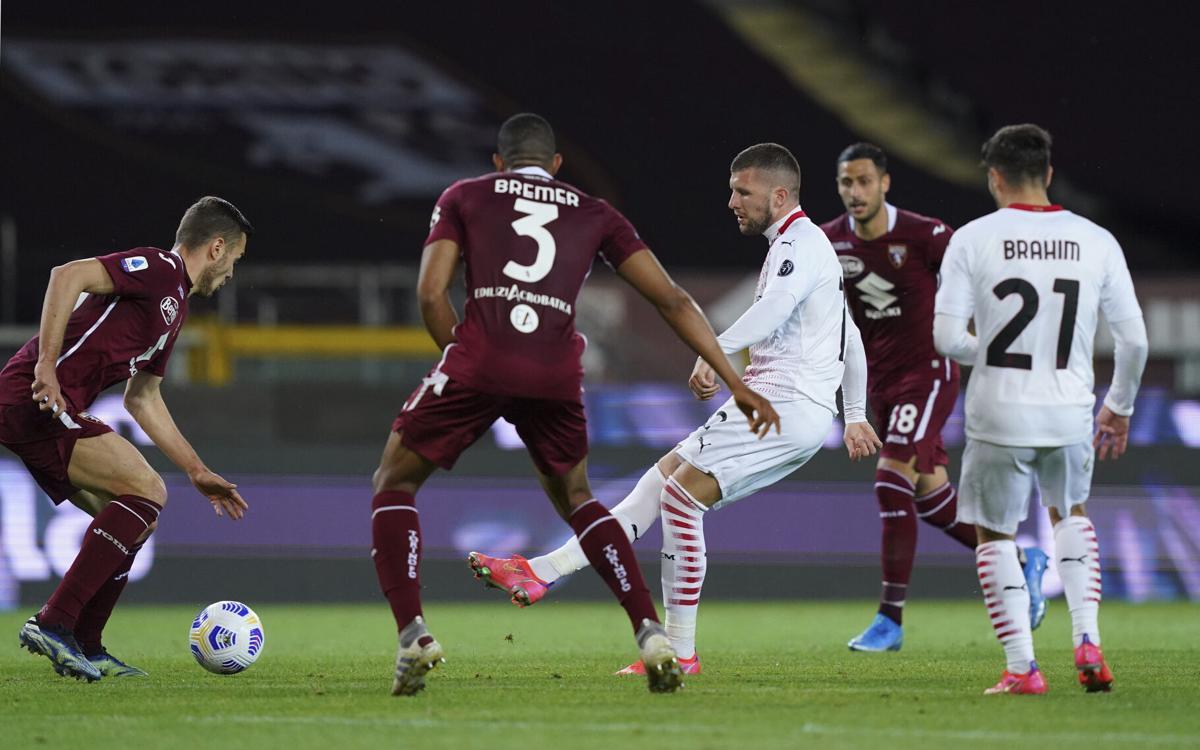 Rebic (putih) mencetak hat-trick untuk membantu Milan memenangkan pertandingan ketiga berturut-turut.  Foto: AFP.