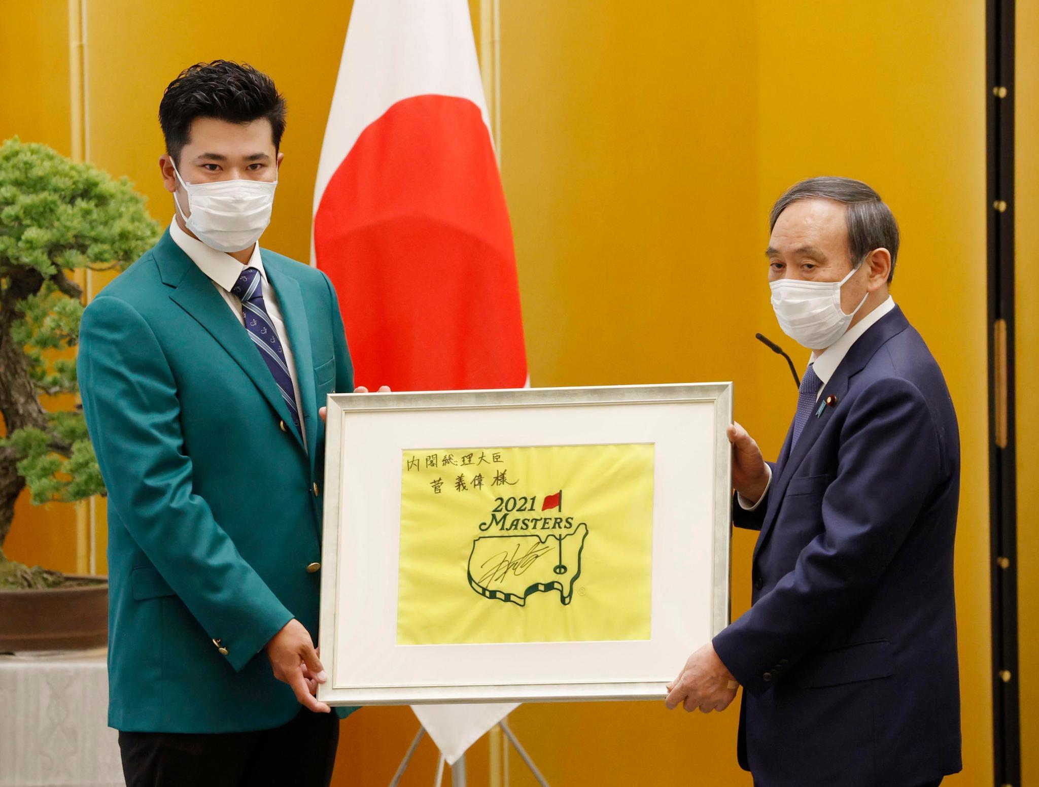 Hideki Matsuyama nhận giải thưởng Thủ tướng từ người đứng đầu chính phủ Nhật Bản - Yoshihide Suga ở Tokyo hôm 30/4. Ảnh: Kyodo News