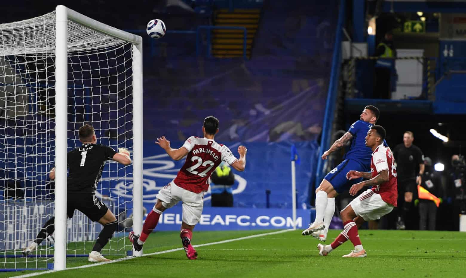 ..., Giroud membentur mistar gawang tepat setelah itu adalah peluang terbaik Chelsea dalam kekalahan Arsenal di Stamford Bridge.  Foto: NMC Pool