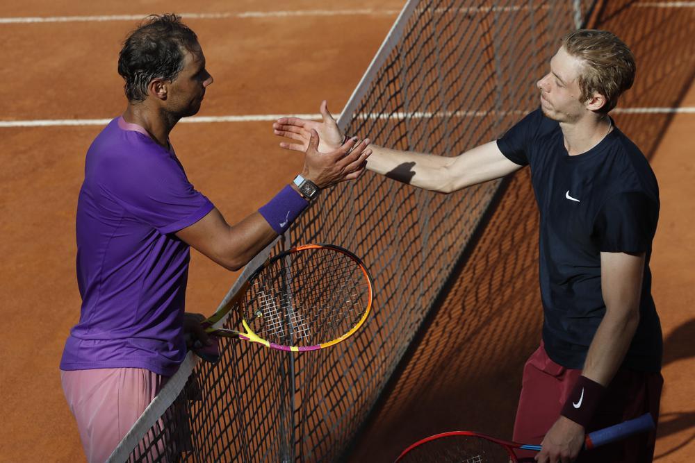 Shapovalov (phải) có 41 winner so với 29 của Nadal. Ảnh: AP.