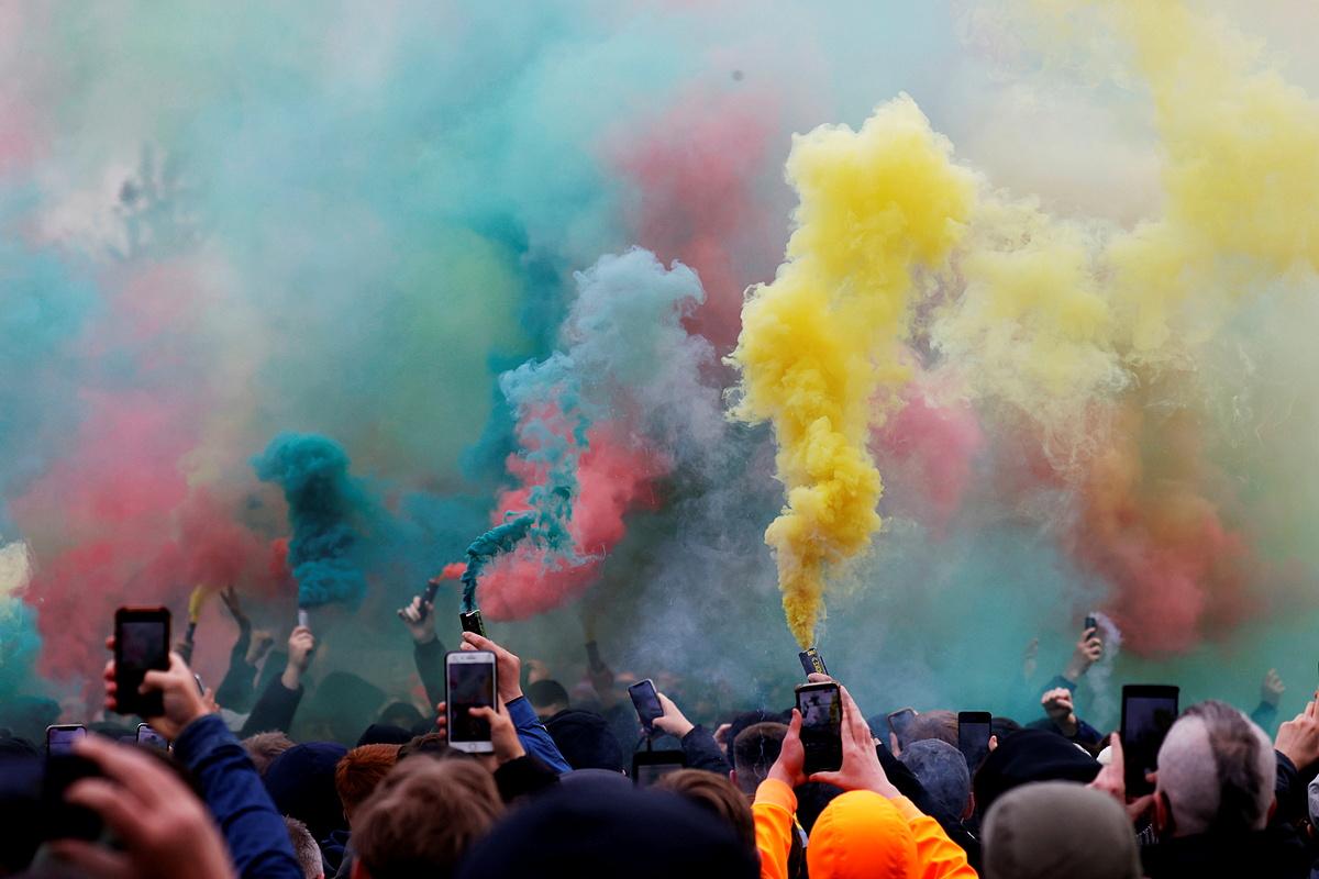 Penggemar Man Utd melakukan protes di pintu gerbang Old Trafford.  Foto: Reuters.