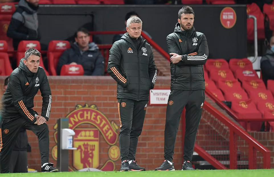 Solskjaer dan rekan-rekannya menyaksikan Man Utd kalah melawan Liverpool.  Foto: Reuters.