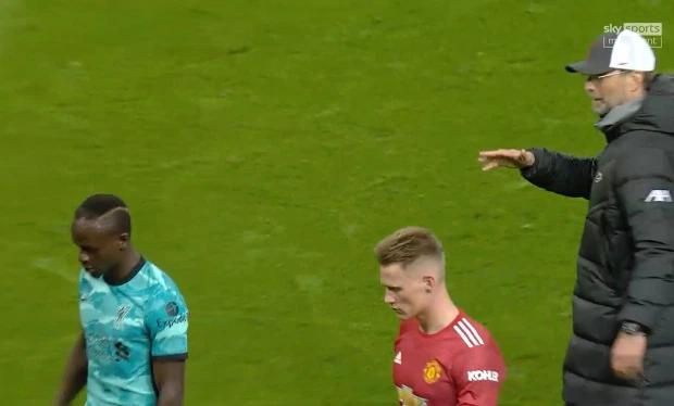Mane (trái) phớt lờ cử chỉ thân thiện của HLV. Ảnh: Sky Sports.