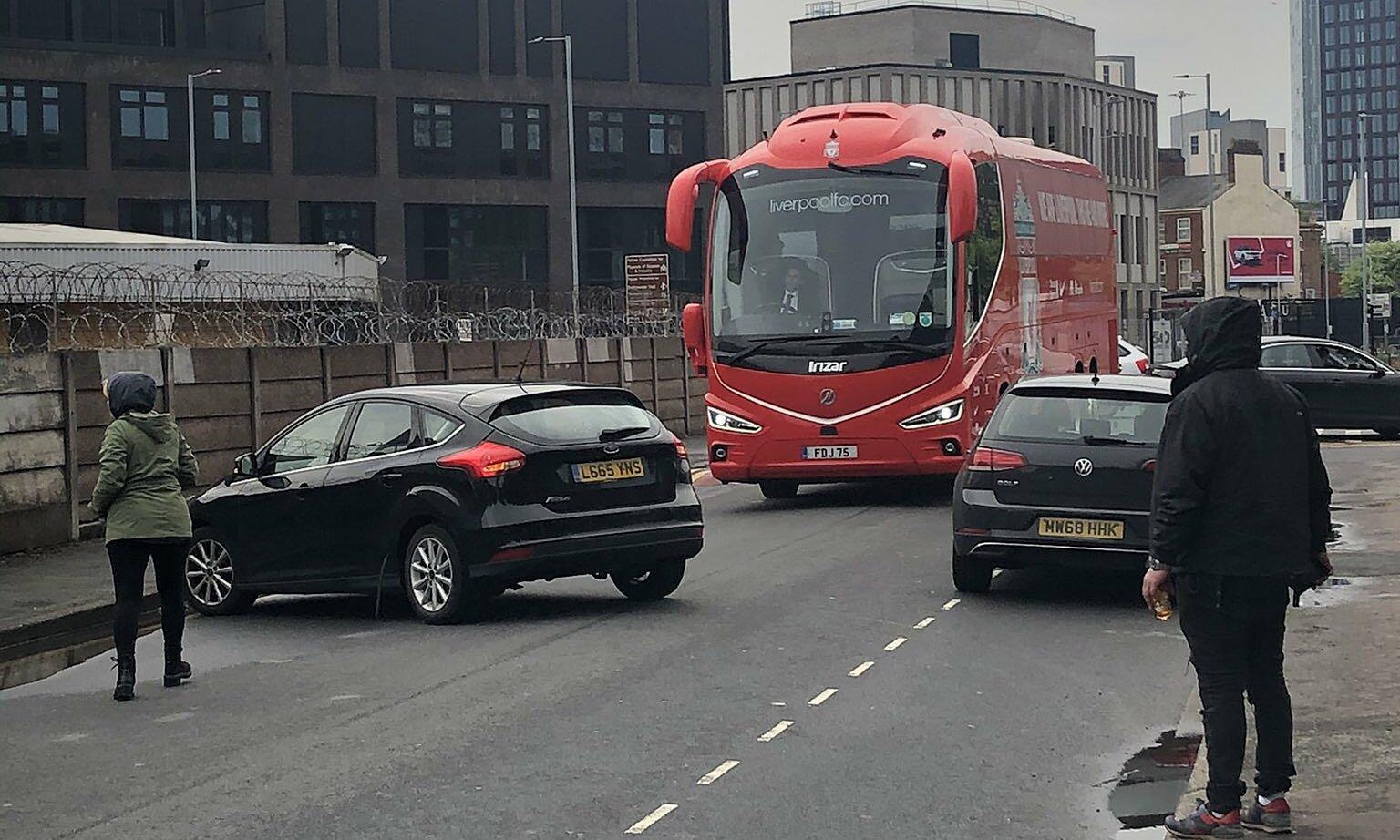 รถบัสล่อของลิเวอร์พูลถูกแฟน ๆ แมนยูหยุดระหว่างทางไปโอลด์แทรฟฟอร์ด