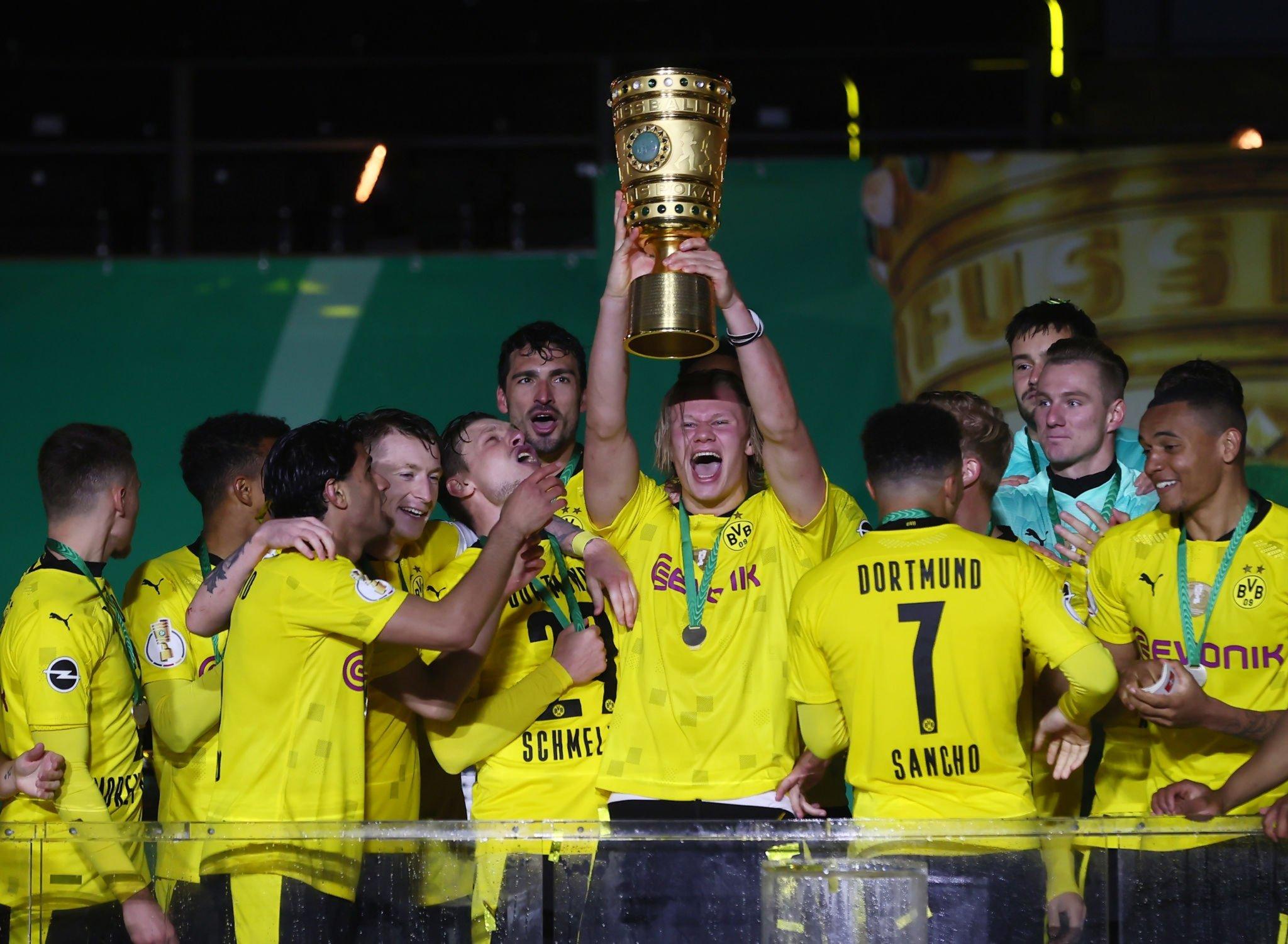Haaland lần đầu được cùng Dortmund nâng cup sau khi thắng RB Leipzig 4-1 ở chung kết Cup Quốc gia Đức trên sân Olympic, Berlin hôm 13/5. Ảnh: DPA