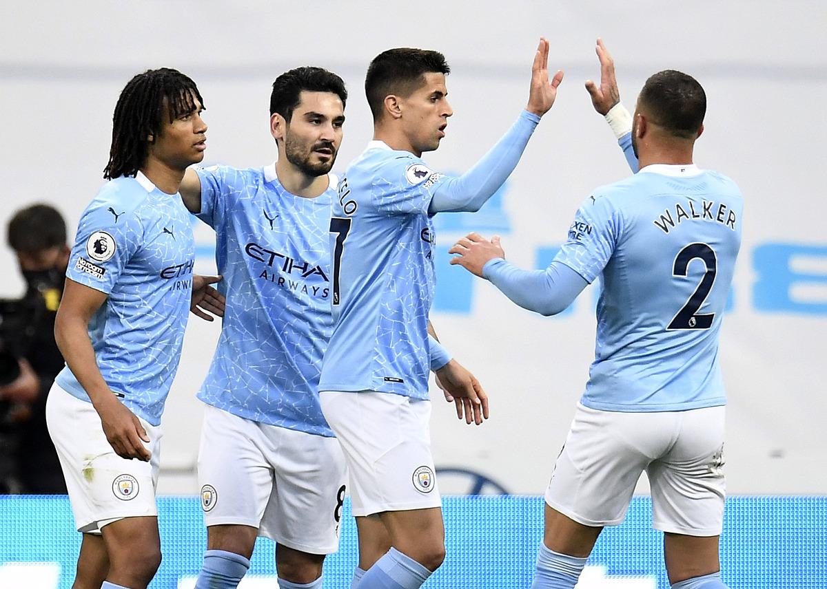 Joao Cancelo mừng bàn thắng với các đồng đội trong trận đấu với Newcastle. Ảnh: Reuters.