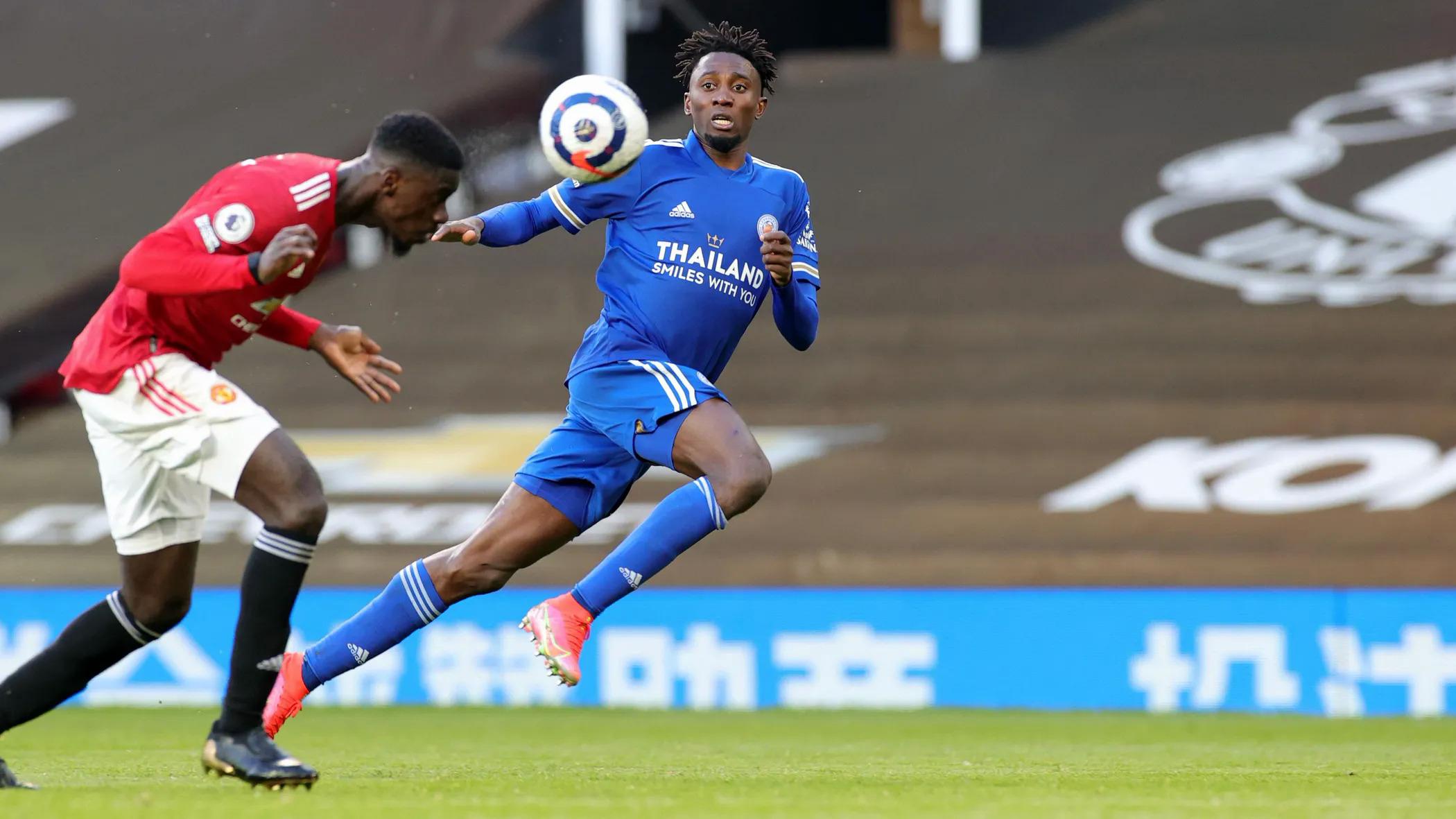 Ndidi trong pha tranh chấp với Eric Bailly ở trận thắng Man Utd 2-1 hôm 11/5. Tiền vệ người Nigeria có thể là ngôi sao tiếp theo rời Leicester và mang lại khoản lãi khủng cho CLB. Ảnh: LCFC