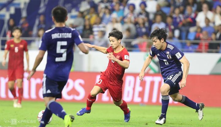Cong Phuong berulang kali menggiring bola untuk mengobarkan pertahanan sekelas Piala Dunia seperti Jepang.  Foto: Duc Dong