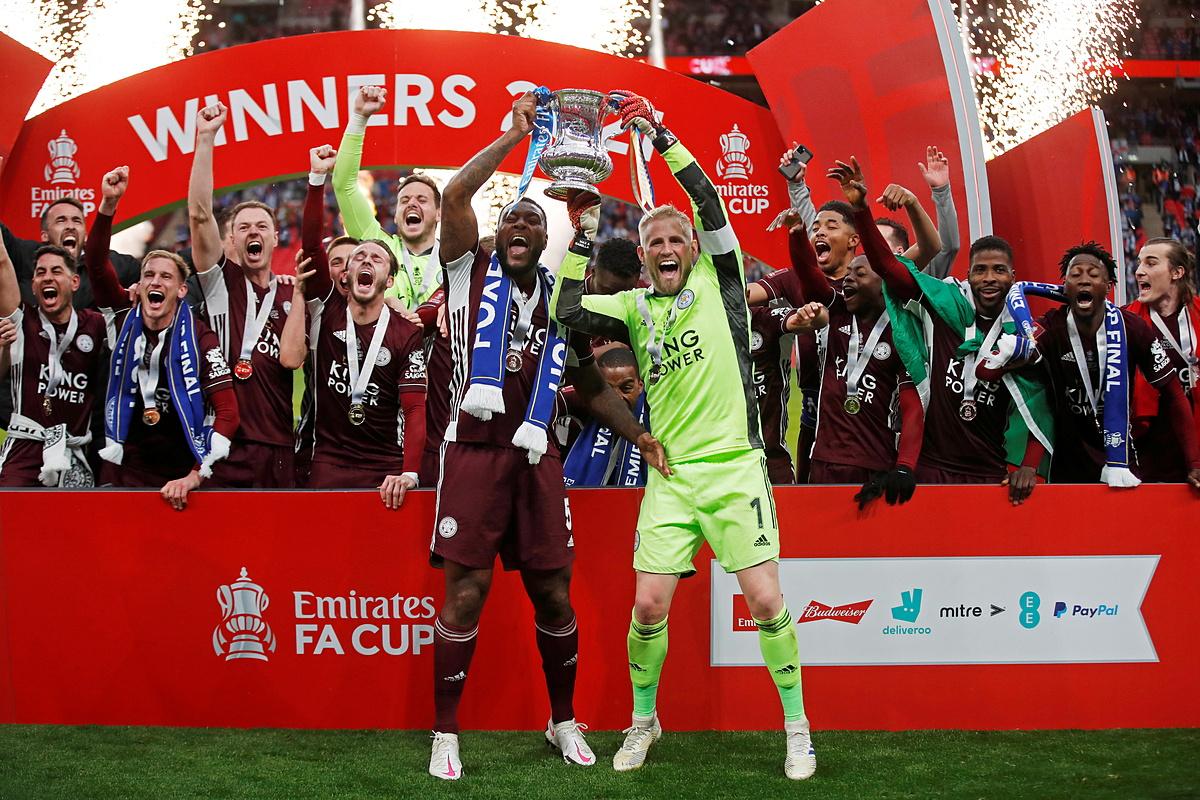 Trung vệ Wes Morgan (trái) và thủ môn Kasper Schmeichel cùng nhau nâng Cup. Ảnh: Reuters.
