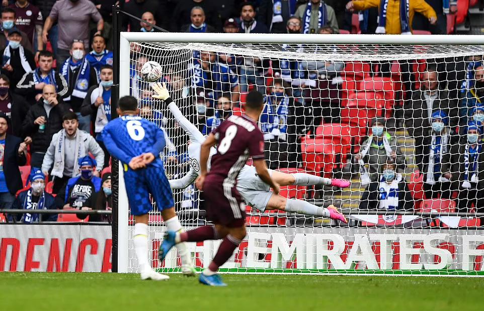 Tielemans thoải mái sút xa ghi bàn quyết định cho Leicester. Ảnh: NMC.