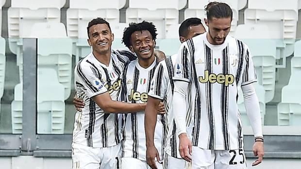 Cuadrado (thứ hai từ trái sang) là người hùng của Juventus với cú đúp. Ảnh: Gazzetta