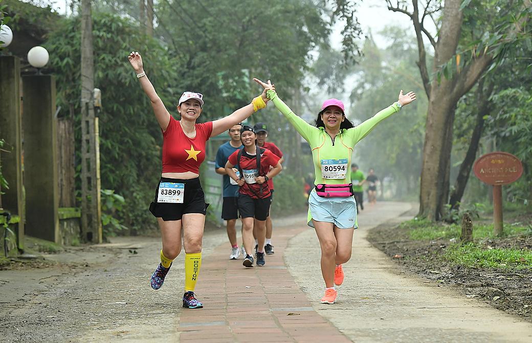 Mọi người ở mọi lứa tuổi, ngành nghề đều có thể chạy V-Race. Ảnh: VnExpress Marathon.