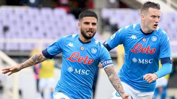 Insigne (trái) mừng bàn mở tỷ số trước Fiorentina. Ảnh: Gazzetta