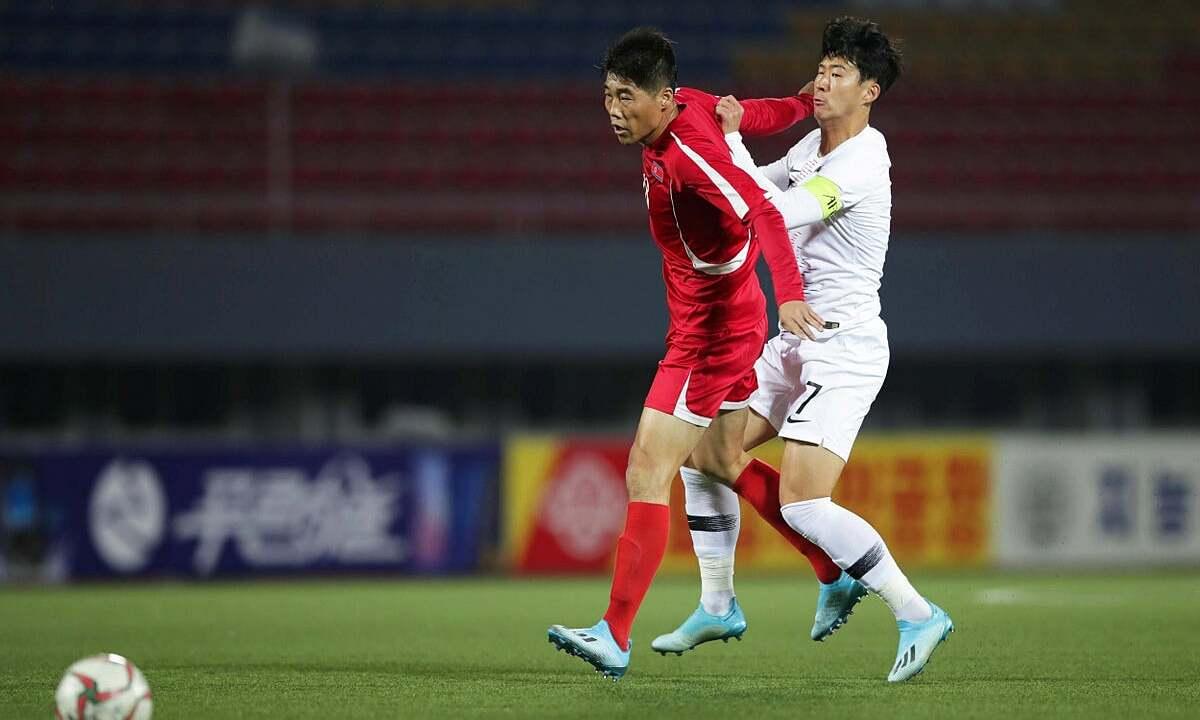 Triều Tiên (áo đỏ) trong trận gặp Hàn Quốc ở vòng loại World Cup ngày 15/10/2019. Ảnh: Reuters