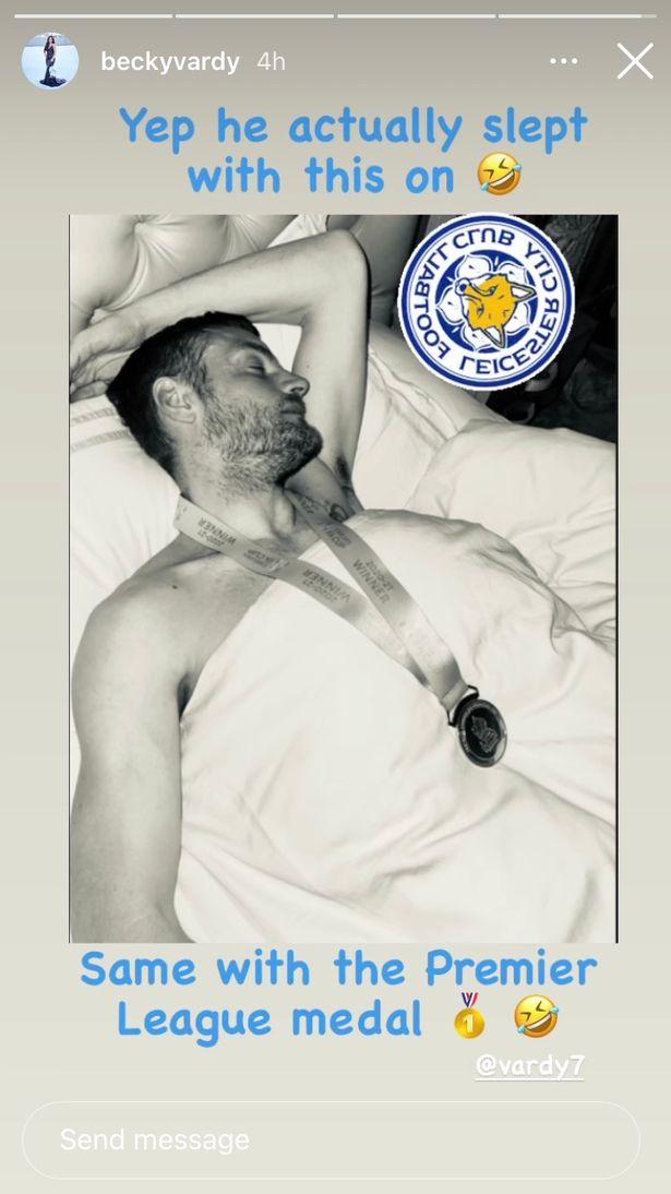 Vardy tidur nyenyak dengan medali kejuaraan Piala FA dikenakan di lehernya bersama istrinya, Ribka.