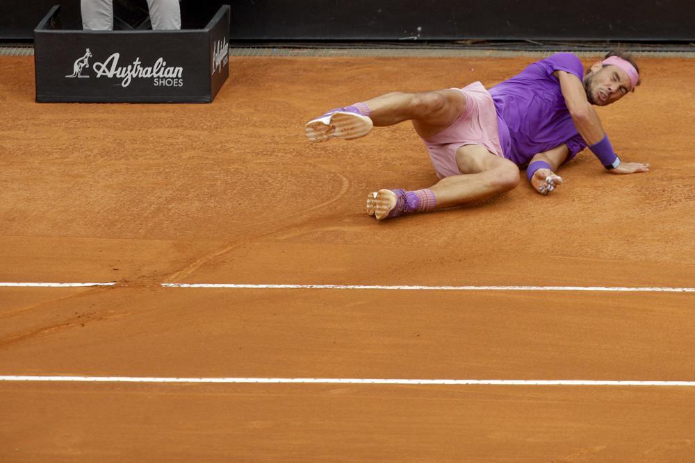 Nadal bực tức sau khi trượt ngã ở set một do vạch kẻ sân quá trơn. Ảnh: AP.
