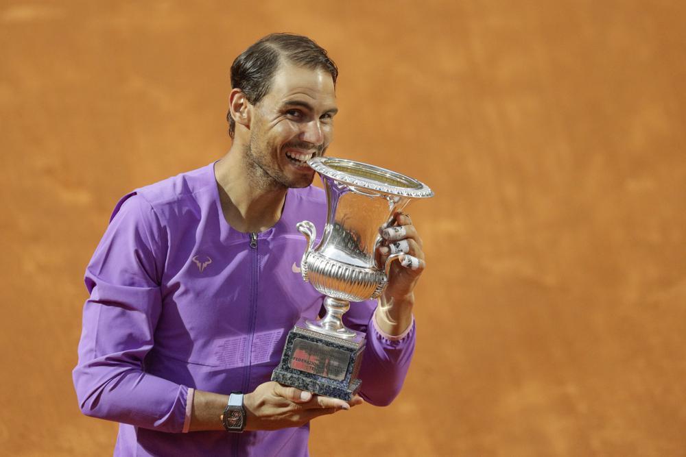 Nadal menang 20 dari 27 kali melawan Djokovic di lapangan tanah liat.  Foto: AP.