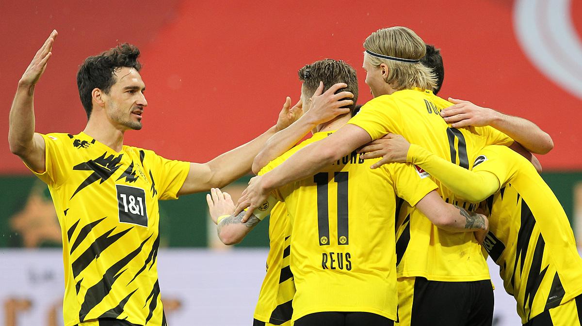 Reus dan rekan satu timnya merayakan gol untuk menjadikan Dortmund 2-0.  Foto: Reuters.