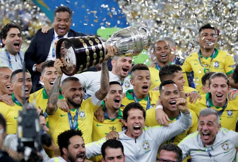 Alves nâng cúp vô địch Copa America trên sân Maracana, Rio de Janeiro ngày 7/7/2019. Ảnh: Reuters