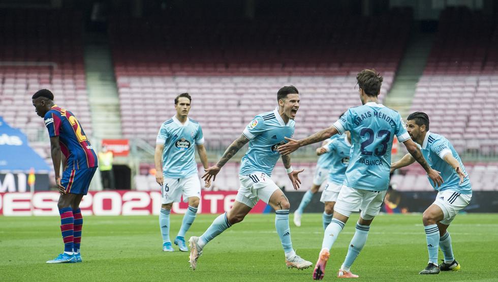 Santi Mina chia vui với các đồng đội sau khi ghi bàn ấn định thắng lợi cho Celta Vigo. Ảnh: Mundo Deportivo